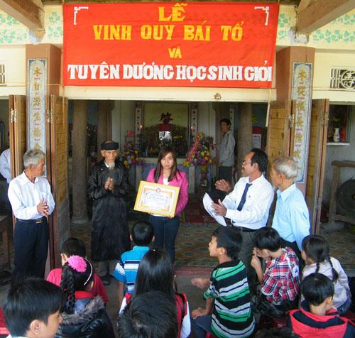 Tộc Phan Công thuộc cộng đồng khuyến học làng Thanh Ly tuyên dương tân cử nhân đại học. Ảnh: THÚY ƯU/http://baoquangnam.com.vn/