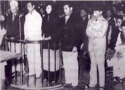 Phiên tòa tại Hà Nội (19/01/1960) xét xử vụ Nhân Văn Giai Phẩm. Từ trái sang phải: Nguyễn Hữu Đang, Trần Thiếu Bảo, Thuỵ An, Phan Tại và Lê Nguyên Chí. Nguồn anh: DR/Thụy Khuê/RFI