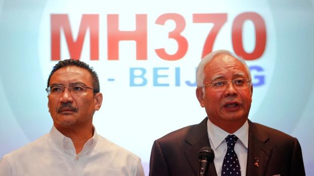 """Thủ tướng Malaysia Najib Razak, phải, và Bộ trưởng Bộ Giao thông vận tải Hishammuddin Hussein bên phải, cho biết mặc dù chiếc máy bay đã bị cướp, Mã Lai vẫn điều tra """"tất cả mọi trường hợp"""" những gì khiến chuyến bay MH370 đi lệch đường bay. Nguồn: Damir Sagolj / Reuters."""