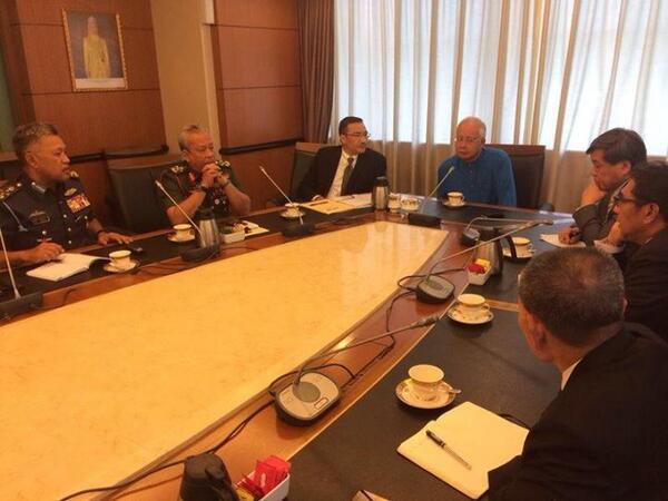 Thủ tướng và giới hữu trách Mã Lai trong một phiên họp. Nguồn: TheGuardian.com