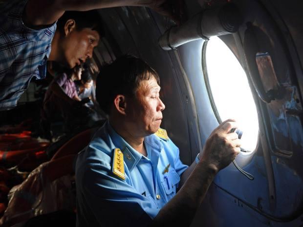 Ký giả và giới chức Việt Nam trên máy bay AN-26 đi tìm máy bay MH370 trên vịnh Thái Lan. Nguồn: DINH NAM/AFP/Getty Images