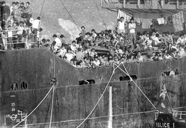 2700 người vượt biển tìm tự do trên chiếc tàu chở hàng Skyluck (Panama) tại Hong Kong, 08/02/1979. Nguồn: library.ubc.ca/© Kiu Chan