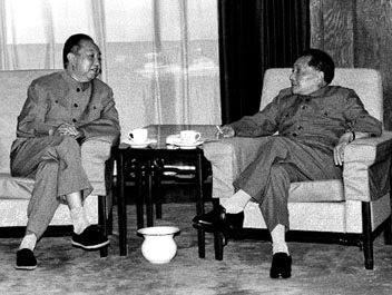 Hứa Quốc Phong (t) và Đặng Tiểu Bình (p). Nguồn: chinatoday.com