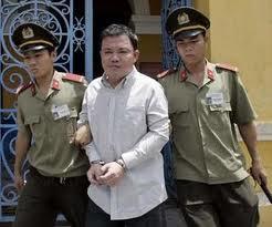 Huỳnh Việt Lang (Huỳnh Nguyên Đạo) tại Toà Án Sài Gòn ngày 10 tháng 5 năm 2007. Nguồn OntheNet
