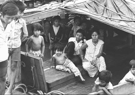 ĐCSVN: Những người Việt Nam ra đi nước ngoài phần lớn là những nhà buôn giầu có và những sĩ quan trước đây sống nhờ Mỹ và chế độ bù nhìn Sài Gòn. Sự thật: Phụ nữ và trẻ em trên một chiếc thuyền tị nạn ở Darwin 1977. Nguồn: NLA