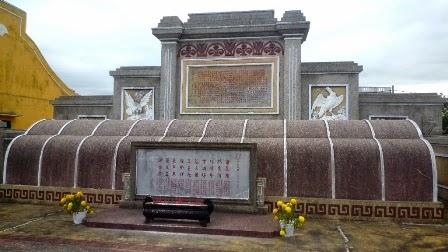 Thanh Minh Chí, đài kỷ niệm La hối và 12 nghĩa sĩ chống Nhật tại Hội An (Việt Nam). Tại đây là 10 ngôi mộ. Nguồn: Dân Trí
