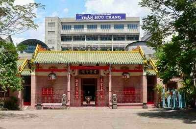 Trường Trần Hữu Trang, trong khuôn viên Hội Quán Hải Nam, bên cạnh miếu Bà Hải Nam. Nguồn: huylt88.blogspot.com