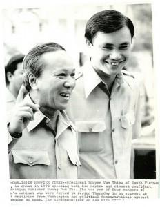 TT Thiệu và ông Hoàng DDuesc Nhã (ảnh chụp năm 1973). Ông Hoàng Đức Nhã là 1 trong bốn bboj trưởng phải từ chức (1974) vì áp lực từ  Washington. Nguồn: AP