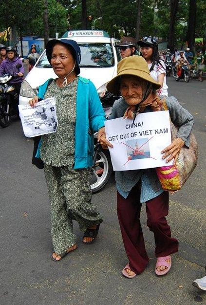 Biểu tình chống TC xâm lăng (11/5/2014) - Ngày của Mẹ. Nguồn Facebook Minh Hoàng.