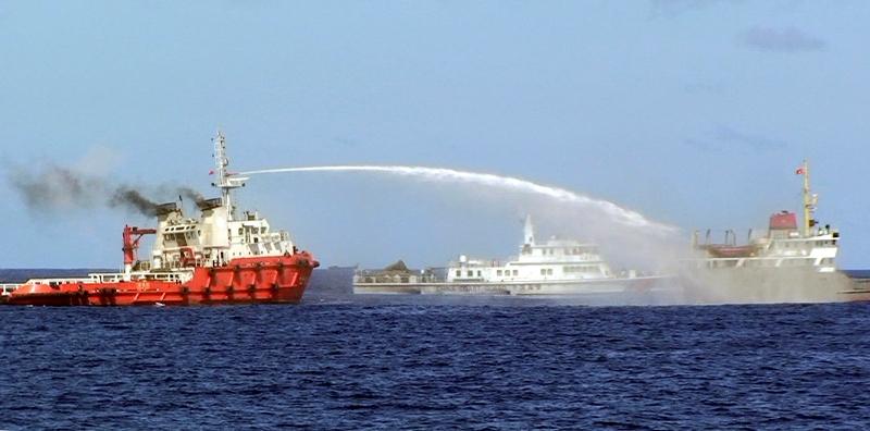 Ảnh của ủaCảnh sát biển Việt Nam cho thấy  tàu Trung Quốc , trái, xịt vòi rồng vào một tàu Việt Nam, bên phải, trong khi Cảnh sát biển Trung Quốc tàu , ở giữa là tàu tuần duyên  TQ đang kẹp hông thuyền VN (Thứ Tư 7 Tháng Năm, 2014). Nguồn ảnh: Cảnh sát biển, AP Photo / Việt Nam, Postmedia News