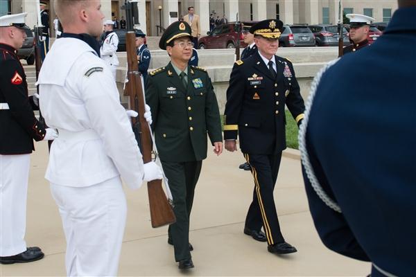 Tướng lục quân Mỹ Martin E. Dempsey, phải, Tham mưu Trưởng Liên quân, và Tướng Trung Quốc Fang Fenghui, Tổng tham mưu của Trung Quốc, đi cạnh nhau trong một buổi lễ chào danh dự ở Lầu Năm Góc , 15 tháng năm 2014 . Bộ Quốc phòng hình ảnh của D. Myles Cullen.