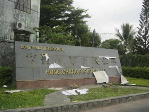 Bảng hiệu Công ty bao bì Hong Chang bị gỡ dòng chữ Trung Quốc. Nguồn Reuters/CDN