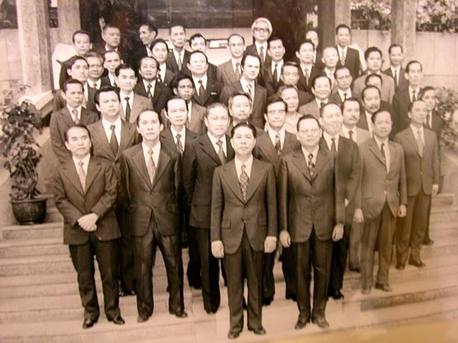 Nội các Nguyễn Bá Cẩn. Phó Th.T. Nguyễn Văn Hảo, đeo kính, đứng hàng thứ nhì giữa vị tân thủ tướng và cựu thủ tướng Trần Thiện Khiêm. Ảnh: Hạnh Dương.