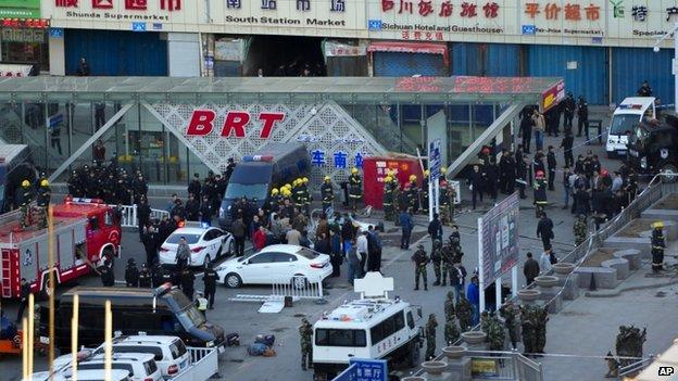 Cảnh ngoài ga xe lửa ở Tân Cương sau vụ nổ ngày 30/4. Ảnh AP