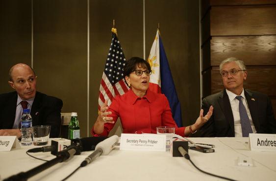 Bộ trưởng Thương mại Hoa Kỳ Penny Pritzker (G) trong một cuộc họp với báo giới sau khi phát biểu tại Phòng Thương mại Mỹ và doanh nhân Philippines hôm thứ Tư 4 tháng 6, 2014 tại khu tài chính Makati, phía đông thành phố Manila, Philippines. Nguồn: (AP Photo / Bullit Marquez)