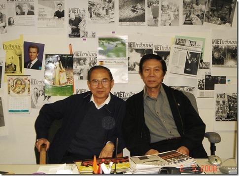 Nguyễn-Xuân Hoàng và Ngô Thế Vinh tại tòa soạn Việt Tribune 2008. Photo by Trương Gia Vy