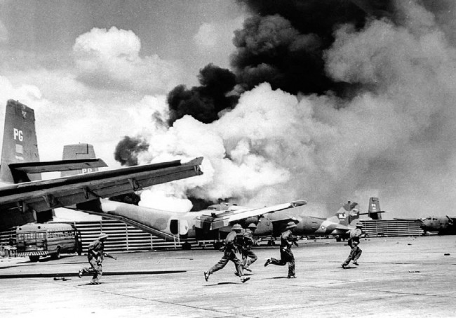 Quân CSVN chạy trên phi đạo của phi trường Tân Sơn Nhất (30/4/1975). Nguồn VNTTX/Reuters.
