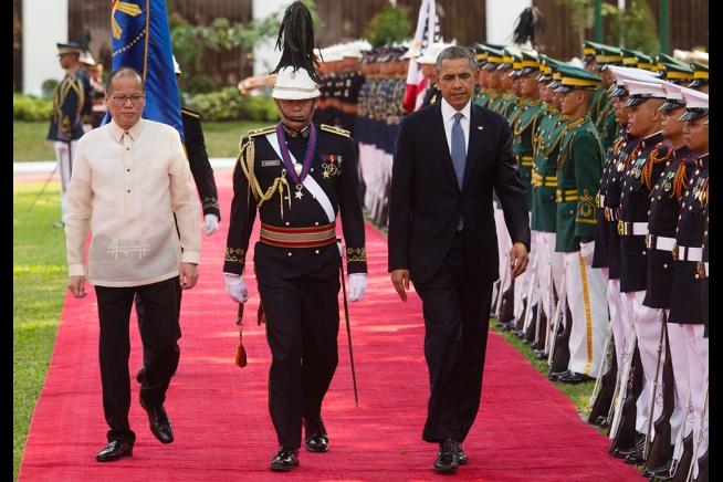 Tổng thống Barack Obama và Tổng thống Benigno S. Aquino III, duyệt đoàn quân danh dự trong một buổi lễ tại Cung điện Malacañang tại Manila, Philippines, 28 tháng 4 năm 2014.