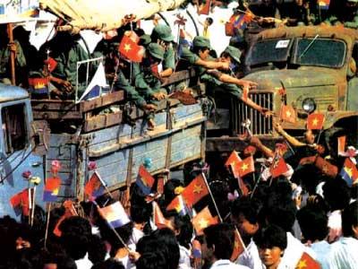 """Sau 10 năm đi làm  """"nghĩa vụ quốc tế"""" tại Campuchia, 26 tháng 9 năm 1989, đoàn quân CSVN trở lại Việt Nam. Nguồn: Wikipedia.org"""