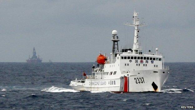Một tàu Cảnh sát biển Trung Quốc đi gần giàn khoan dầu của Trung Quốc, Haiyang Shi You 981 trong vùng biển phía nam Trung Hoa/phía đông Việt Nam vào ngày 13 tháng sáu năm 2014. Nguồn: Reuteurs.