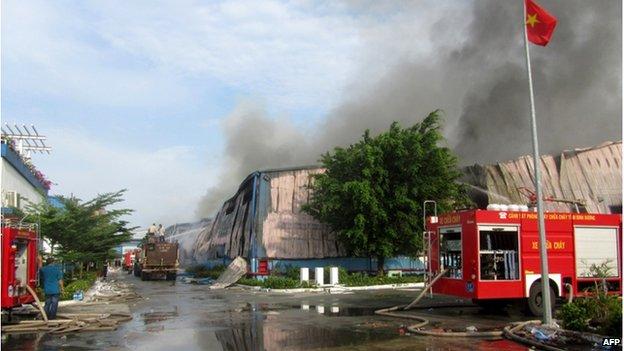 Bức ảnh chụp vào ngày 14 tháng 5, 2014 cho thấy khói bốc lên từ một nhà máy xản suất đồ gỗ của Đài Loan tại Bình Dương, miền nam Việt Nam vì người biểu tình chống Trung Quốc đã đốt nhà máy.