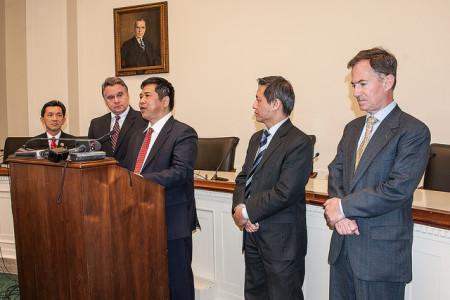 Từ trái: Cựu DB Cao Quang Anh, DB Chris Smith, TS Cù Huy Hà Vũ, và TS Nguyễn Đình Thắng tại cuộc họp báo tại Quốc Hội Hoa Kỳ vào ngày 06-05-2014 (Hình: Nguyễn Quốc Khải).