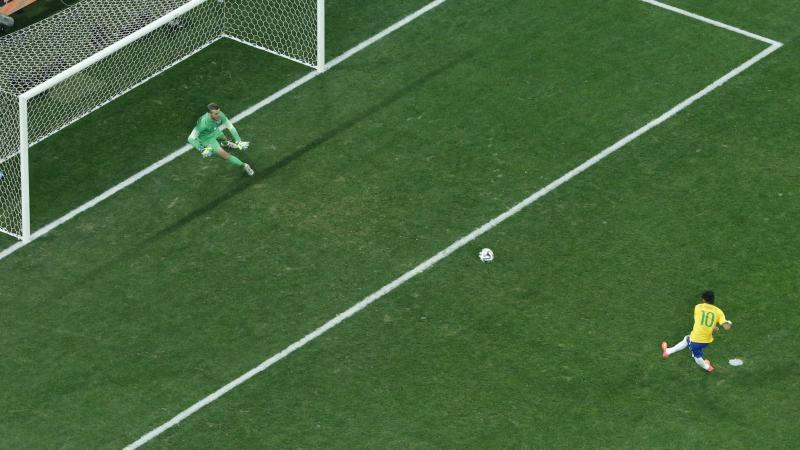 Neymar ghi bàn cho Brazil bằng một cú đá phạt đền; thủ môn là Pletikosa của Croatia trong trận đấu khai mạc World Cup 2014 cầu trường Corinthians ở Sao Paulo vào ngày 12 tháng 6 năm 2014. Nguồn: Reuters