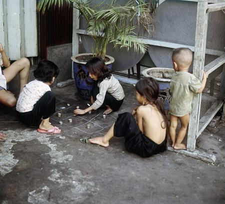 """Trẻ em, trước 1975, chơi """"Ô ăn quan"""". Nguồn: talkvietnam.com"""