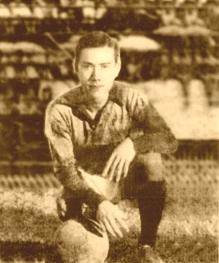 """Thủ môn """"Lưỡng thủ vạn năng"""" Phạm Văn Rạng, 1959."""