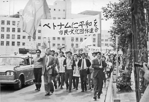 """24 tháng Tư, 1965 - nhóm hoạt động Beheiren lần đầu tiên biểu tình phản chiến. Beheiren (""""Betonamu ni Heiwa o Shimin Rengo"""" - Liên minh Công dân vì hòa bình tại Việt Nam) là một nhóm hoạt động Nhật Bản đã sinh hoạt trong gia đoạn 1965-1974 là một liên minh của một vài trăm nhóm chống chiến tranh phản đối sự hỗ trợ của Nhật Bản đối với Hoa Kỳ trong chiến tranh Việt Nam. Nguồn ảnh: Kingendai / AFLO."""