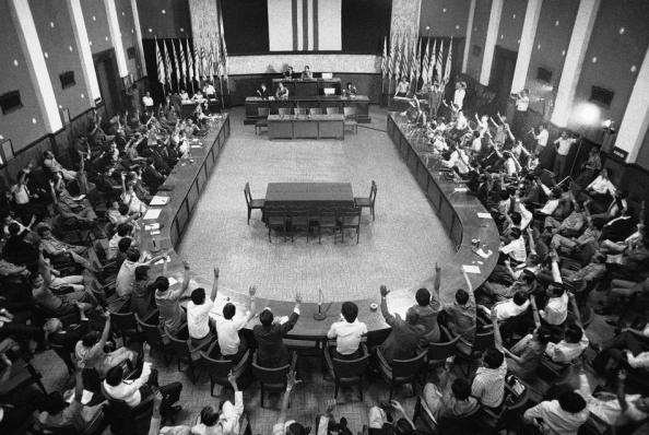 Một phiên họp chung phần còn lại của lưỡng viện Quốc hội miền Nam Việt Nam để bỏ phiếu ngày Chủ Nhật 28 Tháng 4, 1975 yêu cầu Tổng Thống Trần Văn Hương để trao quyền cho Tướng Dương Văn Minh. Hành động giờ thứ 11 (không hợp hiến -DCVOnline) của dân biểu và nghị sĩ quốc hội  nhằm thương lượng với các quân cộng sản Bác Việt. Nguồn ảnh:AP Photo / Errington.