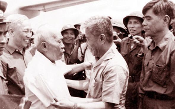 Lê Đức Thọ (T), Tôn Đức Thắng (G), Phạm Hùng (P), tháng 5/1975. Nguồn ảnh: TL-TN
