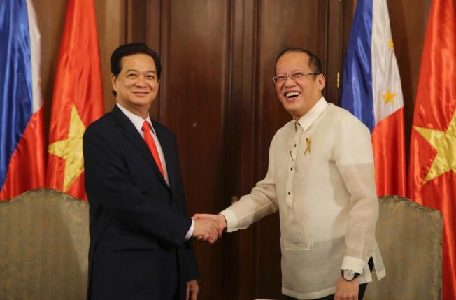 Tổng thống Philippines Benigno Aquino III (P) chào đón Thủ tướng Việt Nam Nguyễn Tấn Dũng trong cuộc viếng thăm Dinh Tổng thống Malacanang ở Manila, Philippines Thứ Tư 21 Tháng 5, 2014. Nguồn: USNews.