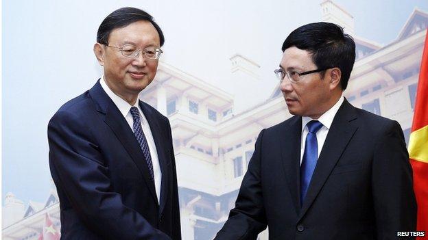 Ủy viên Quốc Vụ Viện Trung Quốc Dương Khiết Trì (trái) bắt tay với Bộ trưởng Ngoại giao Việt Nam Phạm Bình Minh tại Nhà Khách Chính phủ. Nguồn: Reuteurs.