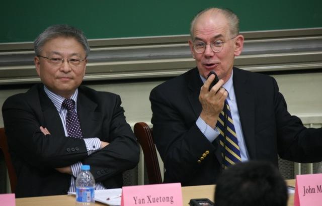 John Mearsheimer & Yan Xuetong tại ĐH thanh Hoa, November 2013. Nguồn: ĐH Chicago