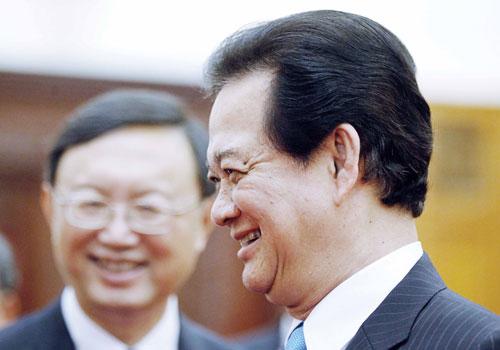 Thủ tướng Việt Nam Nguyễn Tấn Dũng (phải) và Ủy viên Quốc vụ Viện Trung Quốc Dương Khiết Trì mỉm cười trong một cuộc họp tại Hà Nội vào ngày 18 tháng Sáu. Ảnh: AFP.