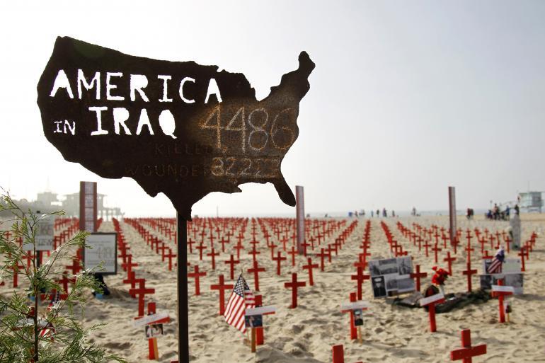 """Một bản đồ Mỹ với những con số binh sĩ của quân đội Mỹ thiệt mạng và bị thương ở Iraq được coi là một phần của một đài tưởng niệm tạm thời, được gọi là """"Arlington Tây"""", một dự án của Cựu chiến binh cho hòa bình, trên bãi biển Santa Monica ở Santa Monica, California, vào ngày 9, 2012. Nguồn: Reuters / Danny Moloshok"""