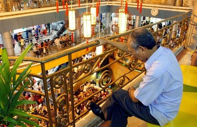 Người Sài Gòn ngồi nhìn Thương xá Tax trước ngày chia tay.