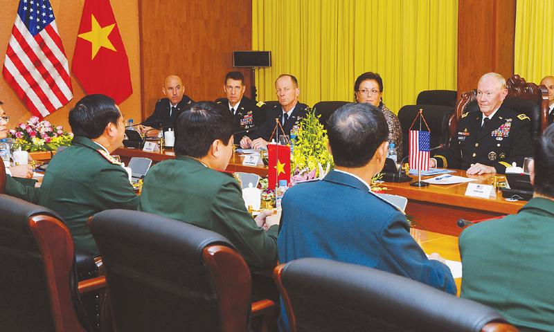 Hà Nội: Đại tướng Martin E. Dempsey (phải), Tổng Tham mưu trưởng Liên quân Hoa Kỳ, và Thượng tướng Đỗ Bá Tỵ (thứ hai bên trái), Thứ trưởng Bộ quốc phòng, Tổng Tham mưu trưởng Quân đội Nhân dân Việt Nam họp tại Bộ Quốc phòng (14 Aug. 2014). Ảnh: AFP
