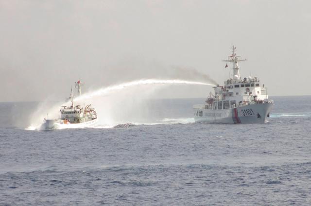 kkhủng hoàng ở Biển Đong: tàu TQ xịt vòi rồng vào thuyền của Việt Nam (tháng 5, 2014). Nguôn : Aisa Sentinel.