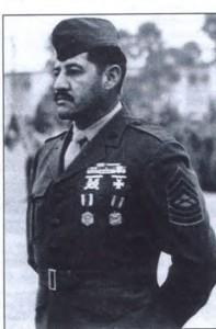 Thượng sĩ Juan J. Valdez nhận huy chương sau chiến dịch Frequen Winds. Hình của TQLC Mỹ.