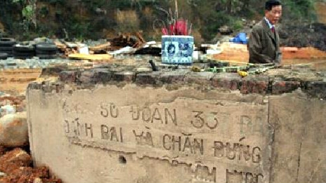 """Trên các tỉnh phía Bắc, nơi xảy ra cuộc chiến, những tấm bia nào có ghi dòng chữ """"quân Trung Quốc xâm lược"""" đều bị xóa sạch. Nguồn: OntheNet"""