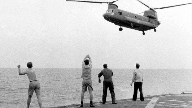 Hình của American Experience/Hugh Doyle/AP chụp cảnh chiếc trực thăng Chinook thả người xuống Khu trục hạm USS Kirk ngày 29 tháng 4 1975 theo tín hiệu trên tàu.