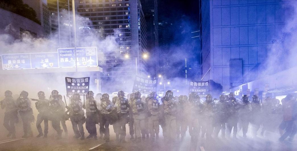 Cảnh sát HK với dùi cui, lựu đạn cay đi dẹp biểu tình (28/9/2014). Ảnh: Xaume Olleros/Agence France-Presse — Getty Images.