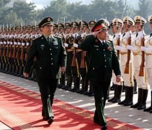 Chang Wanquan, trái, và Phùng Quang Thanh trong một buổi lễ chúc mừng tại Bắc Kinh, tháng 17. (Hình: Tân Hoa Xã)