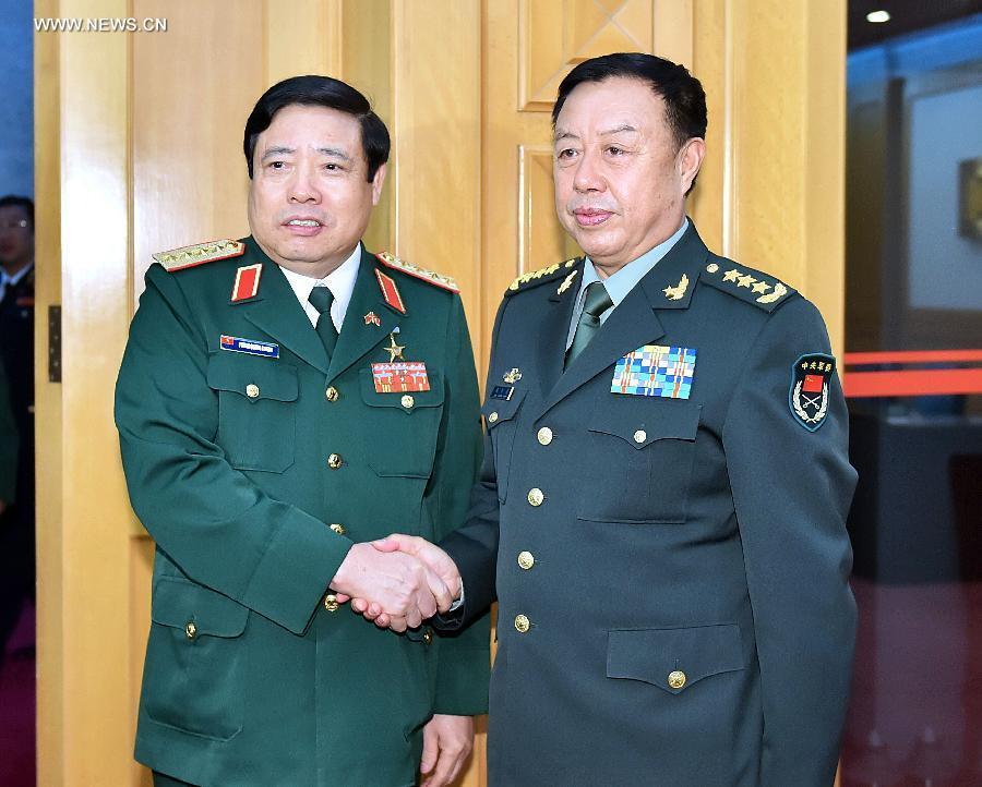 Phó Chủ tịch Quân ủy Trung ương Trung Quốc Fan Changlong (R) gặp với Bộ trưởng Quốc phòng Việt Nam Phùng Quang Thanh (L) tại Bắc Kinh, thủ đô của Trung Quốc, 18 tháng 10 năm 2014 (Tân Hoa Xã / Li Tao)