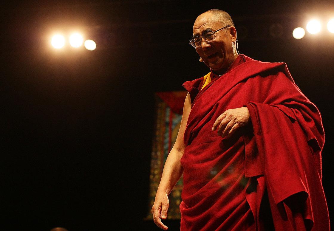 """Đạt Lai Lạt Ma thứ 14 phát biểu tại New Zealand vào ngày 5 tháng 12, năm 2009. Đạt Lai Lạt Ma nay 79 tuổi, nói rằng ông hình dung ông có thể là Đạt Lai Lạt Ma cuối cùng: """"Hai ngàn sáu trăm năm truyền thống Phật giáo không thể do một người giữ mãi được,"""" ông nói với Jörg Eigendorf. Ảnh: Hannah Peters / Getty Images"""