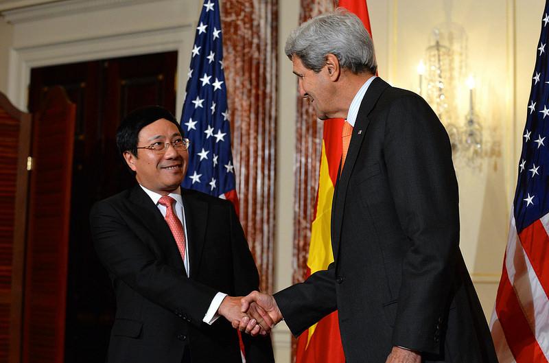 Phó thủ tướng Việt Nam Phạm Bình Minh và Ngoại trưởng John Kerry bắt tay ở Washington, DC vào ngày 02 Tháng 10, năm 2014 Nguồn: photostream flickr của Bộ Ngoại giao, Chính phủ Mỹ.