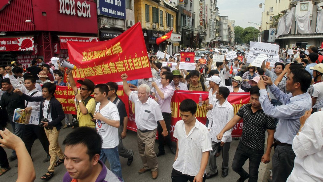 www.nytimes.com  Căng thẳng đã tăng ở Biển Đông trong cuộc tranh chấp giữa Việt Nam và Trung Quốc về các quyền hàng hải như mỗi quốc gia cáo buộc khác của leo thang tình hình. Video by Reuters Xuất bản ngày 12 tháng 5, năm 2014 Ảnh: Kham / Reuters.
