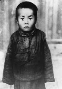 """Hình Đạt Lai Lạt Ma khi con là trẻ nhỏ, nói trong giấc mơ của mình là ông qua đời ở tuổi 113. Ông cũng nói rằng ông muốn được tái sinh """"khi mà đau khổ của chúng sinh vẫn còn."""" Hình của Bettmann / Corbis"""